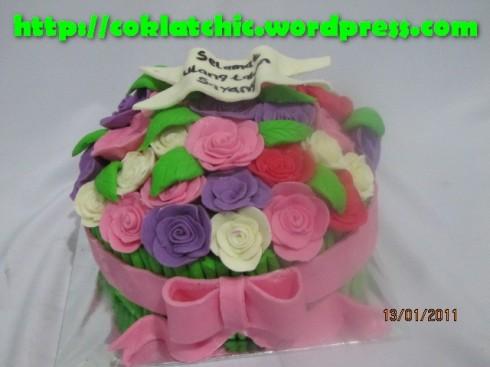 Kue karangan bunga model ini mulai dari harga Rp 300 ribu,topper dan ...