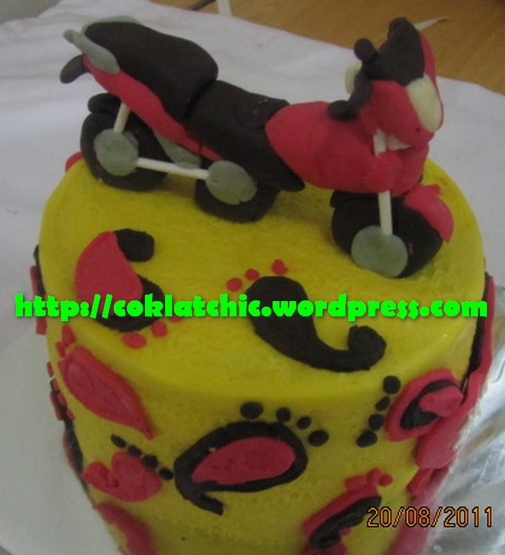 Kue ulang tahun dengan tema Cake motor pulsar model ini mulai dari