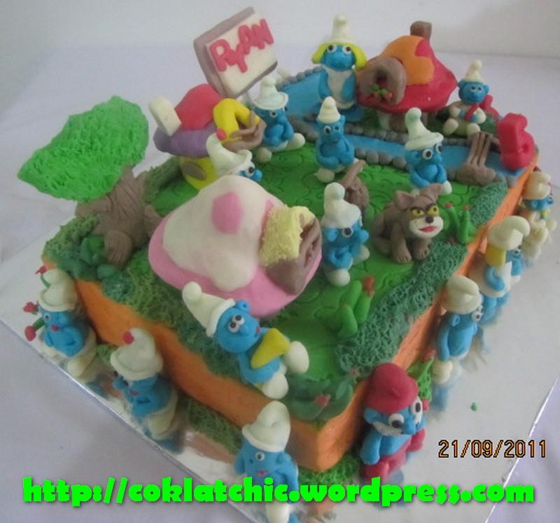 Terbuat dari kue yang dipahat,no styrofoam. Pelapis terbuat dari